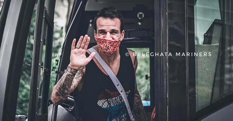 Fran González subiéndose en el autocar que los trasladó de Calcula a Dehli durante 40 horas de viaje.