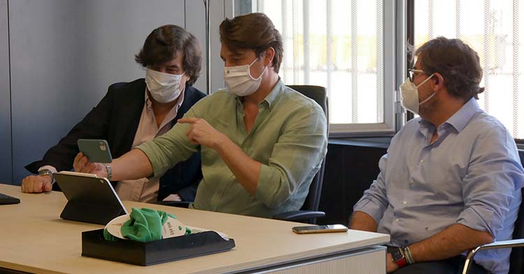 Jesús Coca, Adrián Fernández y Javier González Calvo en una reunión a su regreso a las oficinas de El Arcángel con sus mascarillas.