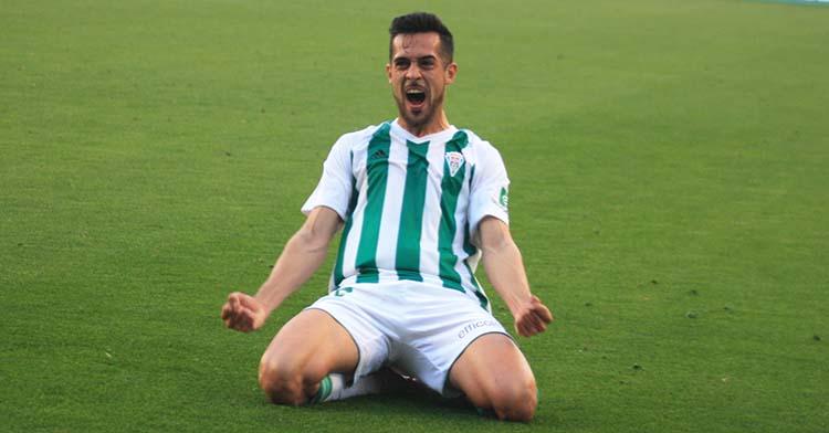 Iván Navarro celebrando el gol en su debut como cordobesista que permitió remontar ante el Sevilla Atlético en el último triunfo del Córdoba en la inconclusa campaña.