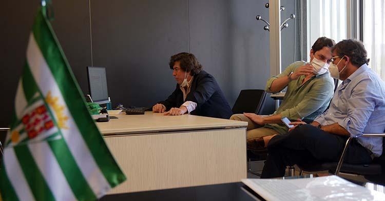 Los consejeros Jesús Coca, Adrián Fernández y Javier González Calvo trabajando en la vuelta a las oficinas de El Arcángel.