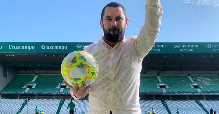 Jorge Rodríguez de Cózar posando con un balón en El Arcángel durante un entrenamiento del Córdoba CF.