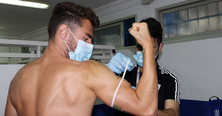 José Cruz, jugador cordobés del Marbella, pasando exámenes físicos con su club
