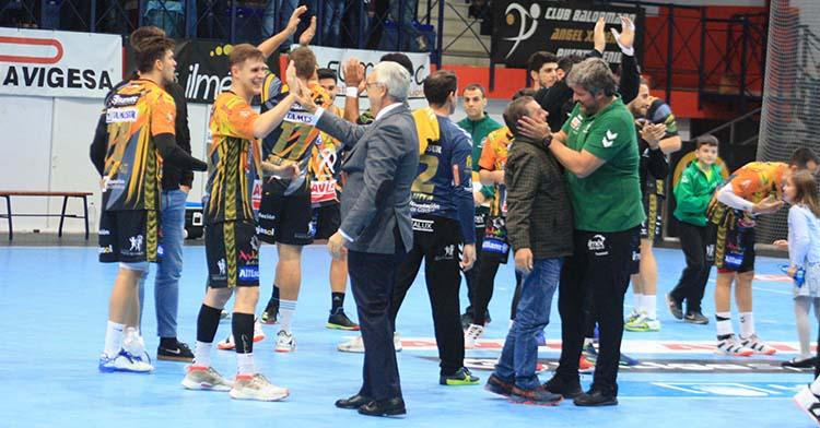 Mariano Jiménez y Paco Bustos celebrando con sus jugadores uno de los vitales triunfos que le dieron al Ángel Ximenez-Avia la histórica octava plaza.