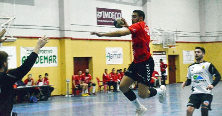 Nano Ortega volando para golear en Fátima. Foto: CBM