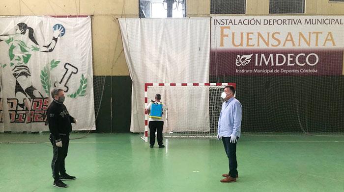 El presidente de Adesal, Paco Castillo cambiando impresiones con Manuel Torrejimeno, el delegado de Deportes del Ayuntamiento.