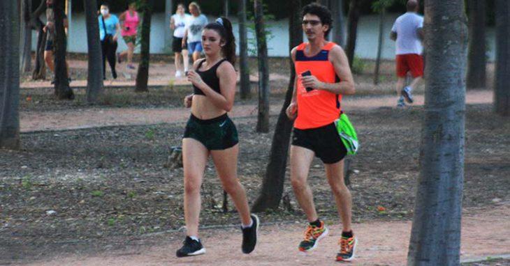 Una pareja de runners corriendo juntos en El Tablero.