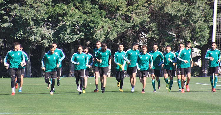 La plantilla del Córdoba haciendo carrera continua en uno de sus últimos entrenamientos.