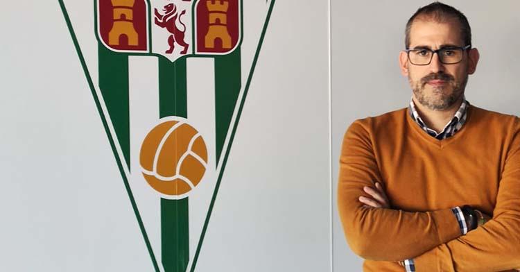 Rafa Sánchez posa junto al escudo del Córdoba en sus oficinas, por donde pasó en varias etapas y en la actualidad se encargaba del scouting de jugadores.