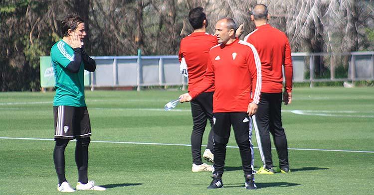 Raúl Cámara departiendo con Sabas en el primer entrenamiento del técnico madrileño.