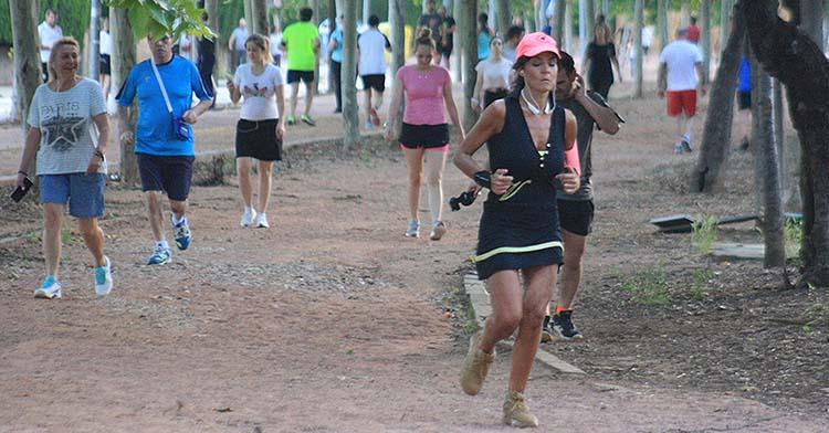 Una runners encabeza la recta de un largo reguero de corredores en El Tablero.