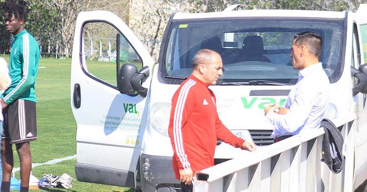 Sabas departiendo con Juanito en el que fue su primer entrenamiento con el Córdoba.