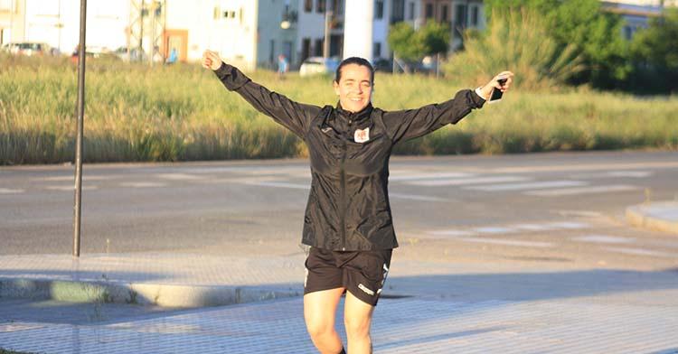 Una runner saludando a la cámara de Cordobadeporte.
