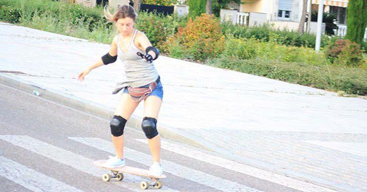 Una chica practicando el skateboard bajando por la barriada del Patriarca.Una chica practicando el skateboard bajando por la barriada del Patriarca.