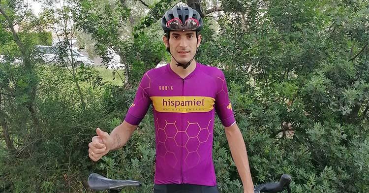 Víctor Manuel Fernández entrenando por la sierra de Córdoba esta semana con su nuevo maillot de Hispamiel.