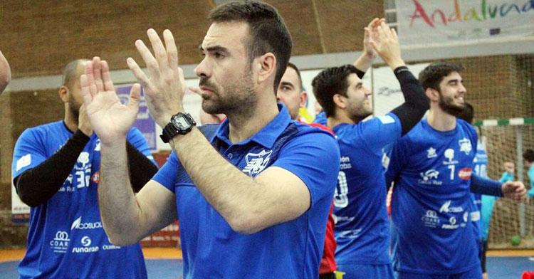 Víctor Montesinos aplaudiendo al público de El Pandero tras un partido de su equipo. Foto: Club ARS