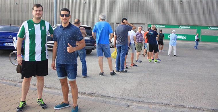 Varios aficionados cordobesistas guardando cola la pasada temporada para adquirir sus carnets de socios.