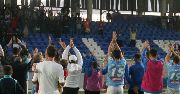 La afición lucentina celebrando con sus jugadores una victoria. Foto: @ciudaddelucena