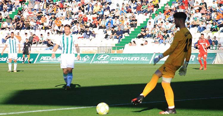 El meta bujalanceño Alfonso Pastor en el partido ante el Sevilla Atlético disputado en El Arcángel, el último que ganó el Córdoba antes de la cancelación de la competición.
