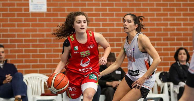 Andrea Alcántara jugando con el Universidad de Granada. Foto: www.cdramonycajal.com