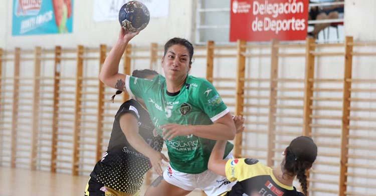 Andrea Roda, desde su posición de pivote, arma el brazo entre dos contrarias.