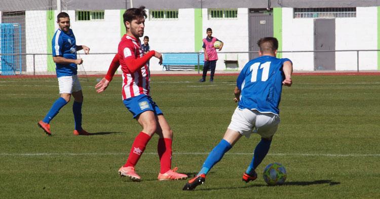 Iniesta, de rojiblanco, vigila a un rival. Foto: CD Pozoblanco