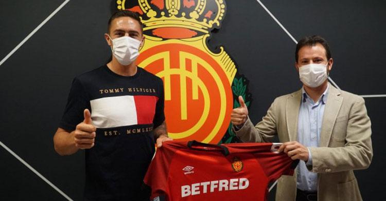 Antonio Raíllo posa con la camiseta del Mallorca tras sellar su continuidad. Foto: RCD Mallorca