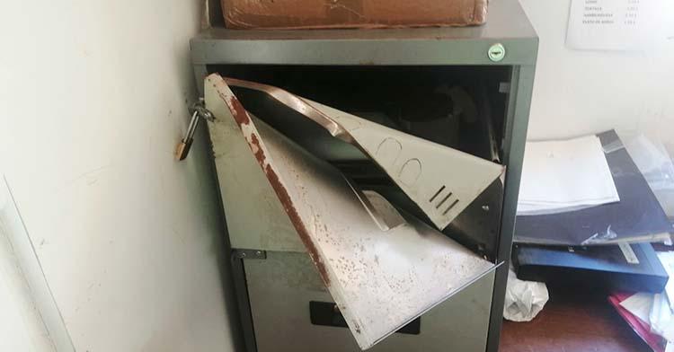El estado en qué quedó el archivador donde el CD Alcázar guardaba la recaudación de la última cuota de marzo.