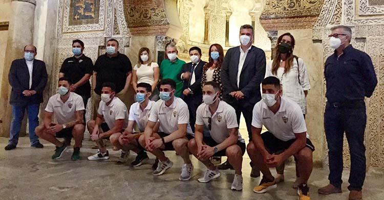 Los integrantes del Córdoba Patrimonio que disfrutaron el ascenso hace un año en Mengíbar junto a José Juan JIménez y Manuel Torrejimeno.