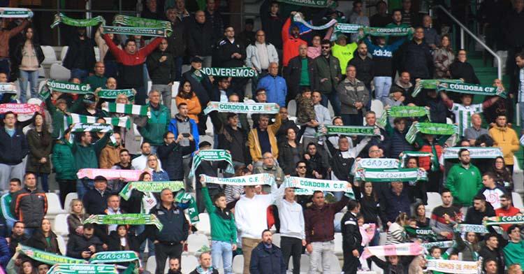 El cordobesismo enarbolando sus bufandas antes de una de sus últimas decepciones, la derrota ante el Algeciras que abrió la salida del play off.