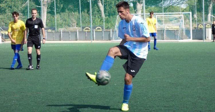 Un jugador del Don Bosco controla un balón ante varios rivales del Ciudad Jardín al fondo.