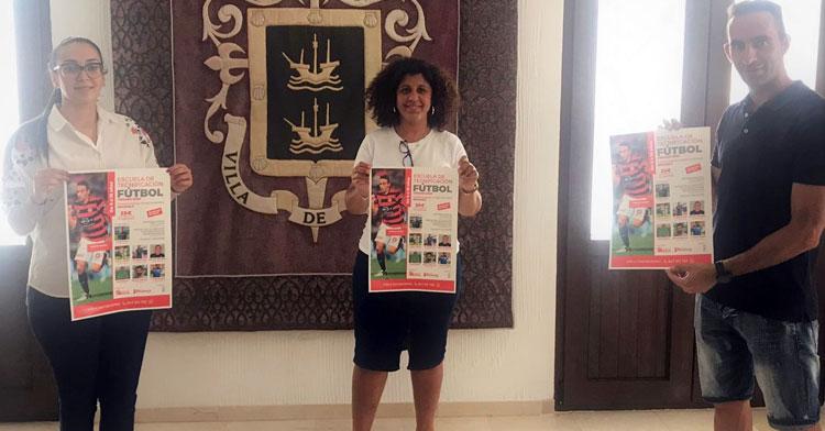 Alberto Aguilar junto a Carmen Lara y Rosario María Ruiz, alcaldesa y concejala de deportes de Benamejí, respectivamente