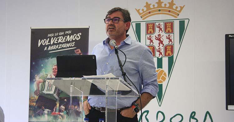 El consejero delegado del Córdoba CF, Javier González Calvo, durante el acto celebrado en el salón de actos de El Arcángel, remozado con un nuevo fondo en blanco alejado del oscuro negro original.