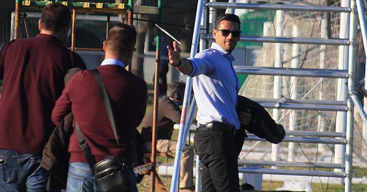 Juanito señala a Rafael Herrerías y David Ortega, de espaldas, los valedores del proyecto de cantera del Córdoba CF 2020-21.
