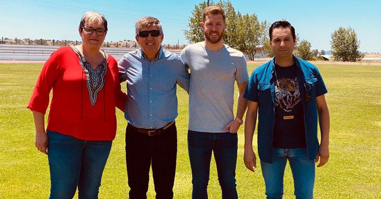 Koeman posando con integrantes del Pozoalbense y su padre, el gran Pedro Sánchez 'Pedrito'