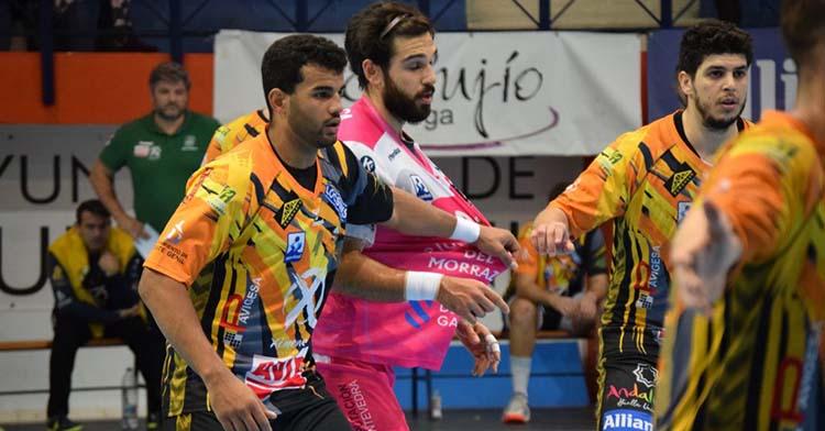 El pivote brasileño Marcio Da Silva defendiendo con el Ángel Ximénez.