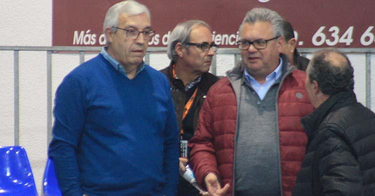 Mariano Jiménez junto al alcalde de Puente Genil, Esteban Morales, en uno de los últimos partidos disputados en el Alcalde Miguel Salas.
