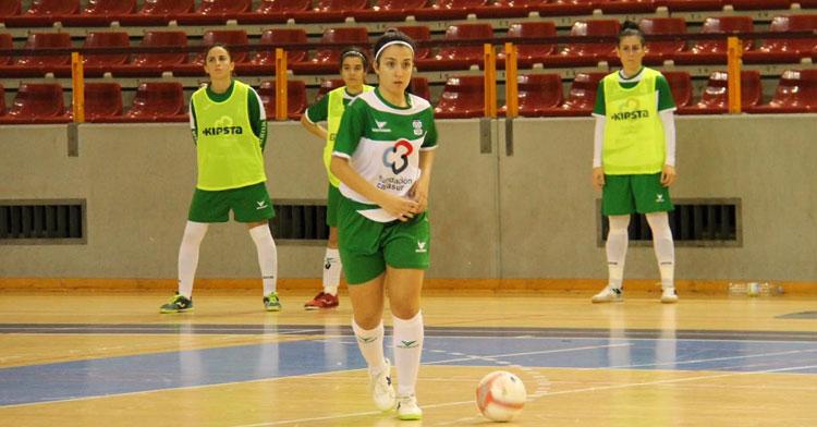 Marta García sacando un balón jugado desde atrás. Foto: Deportivo Córdoba