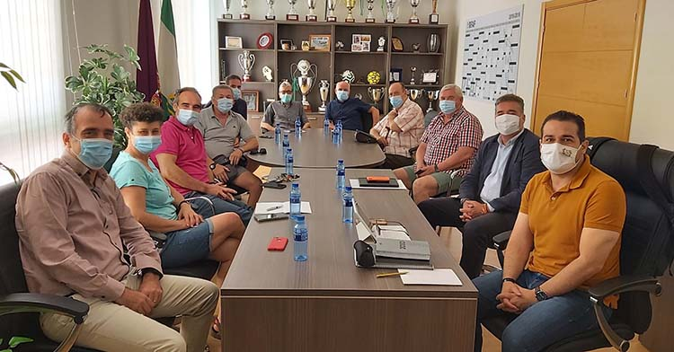 El presidente de la Federación Andaluza, Pablo Lozano, a la izquierda, junto a su homónimo del IMDECO, y los representantes de Gesfutcor durante la reunión celebrada en la RFAF.