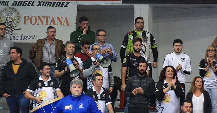 Paco Bustos con la Legión Pontana al fondo animando.