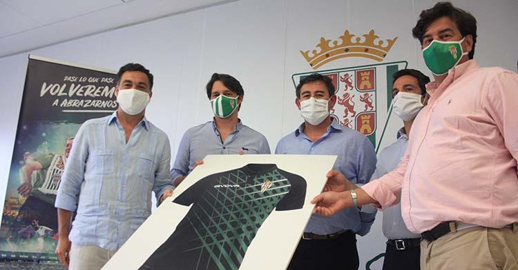 Los cinco consejeros del Córdoba CF sostienen el boceto del polo que regalarán a cada abonado bajo la imagen y el slongan de la campaña 2020-21