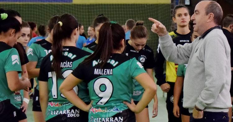 Rafa Moreno dando instrucciones a sus jugadoras en un tiempo muerto