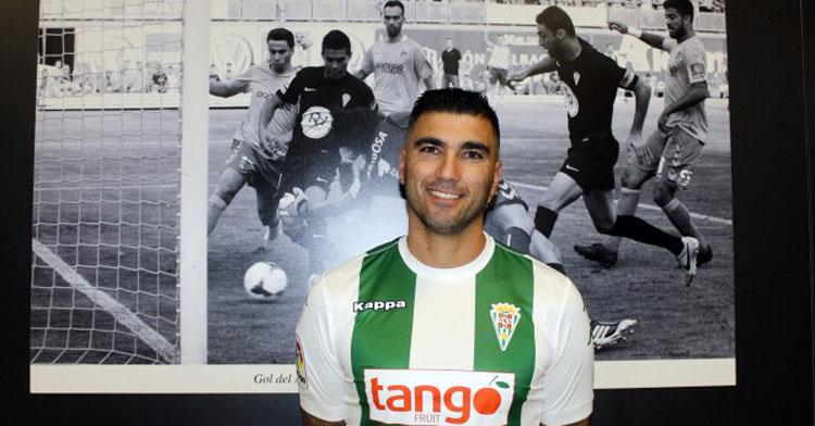 Reyes posando ante el póster del gol de Uli Dávila en sus primeros momentos como jugador del Córdoba. Foto: CCF