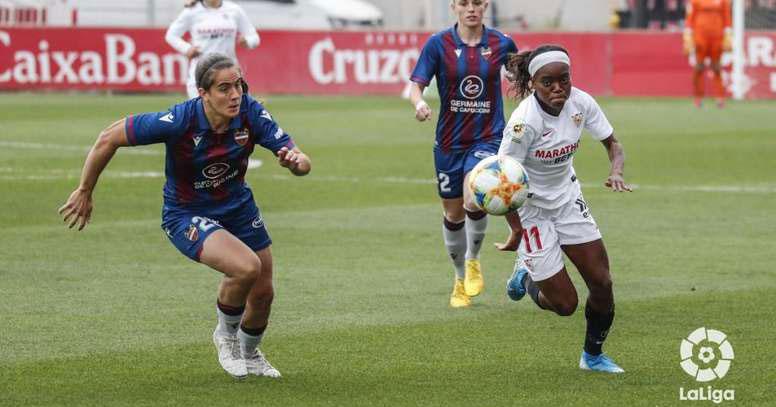 Rocío Gálvez persiguiendo a una jugadora precisamente del Sevilla de Virgy. Foto: LaLiga