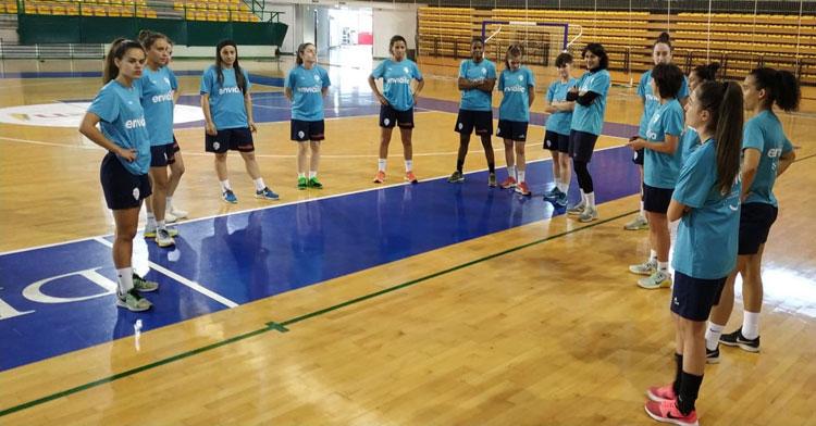 Sara Moreno, la tercera por la izquierda, en el regreso hace unos días a los entrenamientos del Ourense Envialia