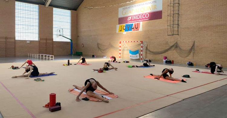 Las chicas del Séneca entrenando en el Guadalquivir