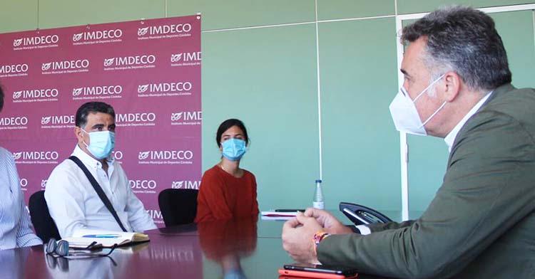 Manuel Torrejimeno en una reunión en el IMDECO.