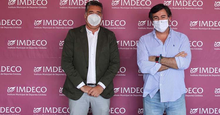Manuel Torrejimeno y Javier González Calvo posan delante de la trasera del IMDECO.