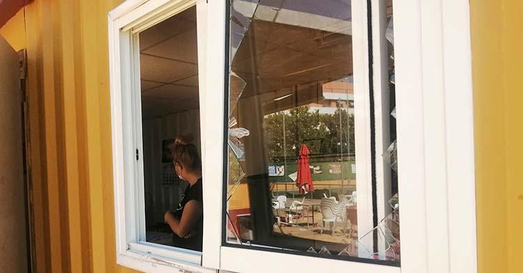 La ventana de la oficina del Alcázar por donde saltaron para robar.