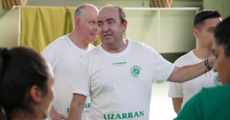 Rafael Moreno da indicaciones al equipo durante la primera sesión de entrenamiento
