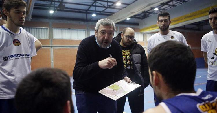 Antonio Navas dirigiéndose a sus jugadores en un tiempo muerto